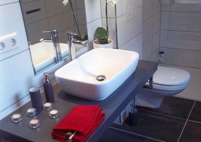 Waschbecken Duschbad und Toilette